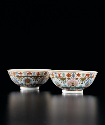 A FINE PAIR OF FAMILLE-ROSE 'BARAGON TUMED' BOWLS