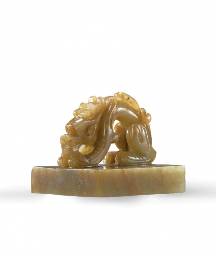 A FINELY CARVED PALE CELADON JADE 'DRAGON' SEAL