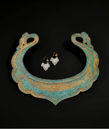A RARE GILT-BRONZE INSCRIBED NECKLACE AND A PAIR OF JADE 'MAKARA' EAR PENDANTS WITH GOLD BEADS