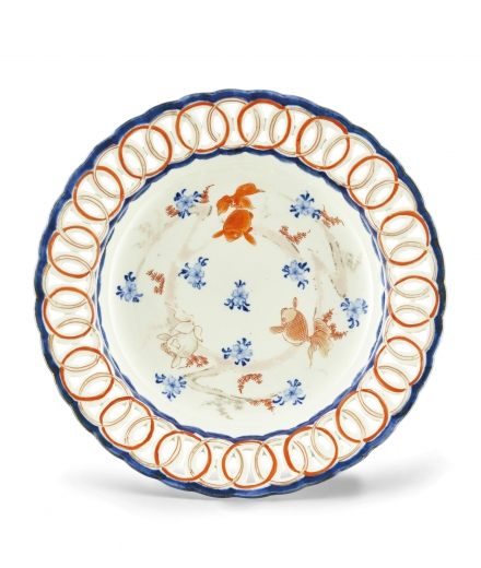 AN IRON-RED GLAZED BLUE AND WHITE 'GOLDFISH' PLATE