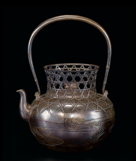 A SILVER 'BASKET' KETTLE AND COVER