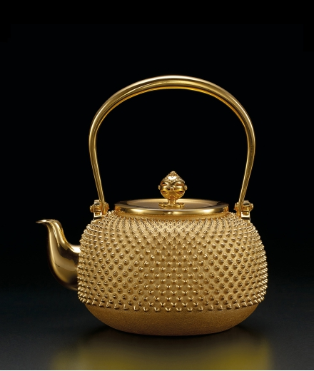 A GOLD 'ARARE' KETTLE AND COVER