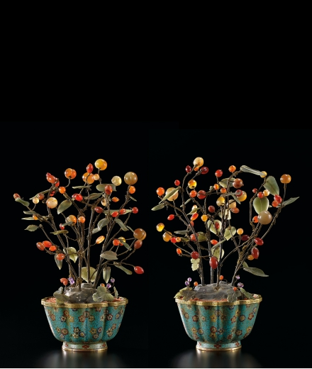 A RARE AND FINE PAIR OF AGATE-EMBELLISHED PLANTS IN CLOISONNÉ ENAMEL JARDINIÈRES